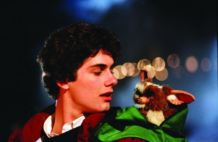 30 Anni di soffici mogwai che si schiudono in terrificanti Gremlins: mostriciattoli lucertolosi che fanno la festa al loro bel padroncino, saccheggiando case addobbate. Ecco, 10 cose che non sai sull'horror natalizio di Joe Dante.