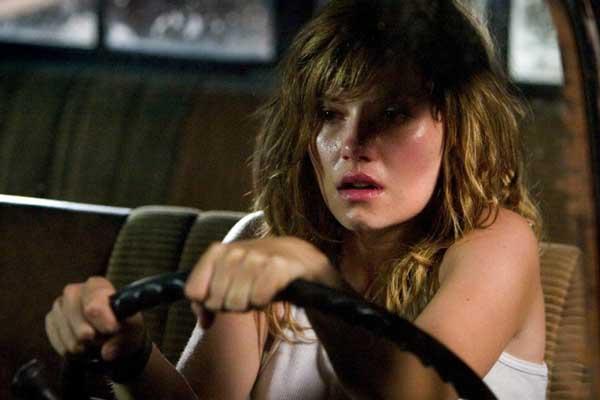 Elisha Cuthbert è Carly Jones vs i gemelli siamesi ne La maschera di cera (2005)