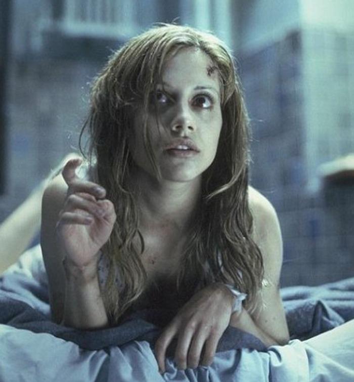 Denutrita e disturbata in Don't Say a Word (2001), costudisce nel silenzio del suo autismo un segreto numerologico.
