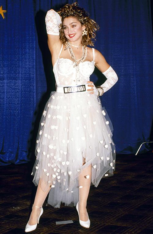 E mentre le memorabilia della Regina del Pop sono state battute all'asta a Beverly Hills, ecco le sue seguaci che giocano alla Madonna debuttante in abito nuziale. Paris e socie strizzano l'occhio alla scandalosa Miss Ciccone col velo, sfoggiando perle e pizzi che rievocano l'iconica mise da sexy sposa deflorata.