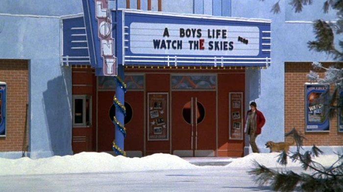 Intorno all'ottavo minuto del film, Billy passa davanti a un cinema in cui danno due film, i cui titoli saranno familiari ai fan più sfegatati di Steven Spielberg. A Boy's Life è il titolo originale di E.T., mentre Watch the Skies è il titolo originale di Incontri ravvicinati del terzo tipo.