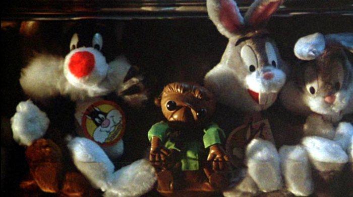 La pellicola è piena, zeppa di riferimenti cinefili. Nel finale in cui Ciuffo Bianco si nasconde da Billy tra un mucchio di peluches è un chiaro omaggio ad una scena simile di E.T. (con tanto di pupazzo dell'extraterrestre protagonista del film).
