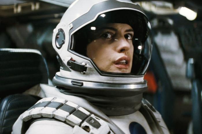 Nella sequenza in cui Anne Hathaway era immersa in acque gelide, la sua tuta spaziale si è rotta ed ha rischiato di andare in ipotermia.