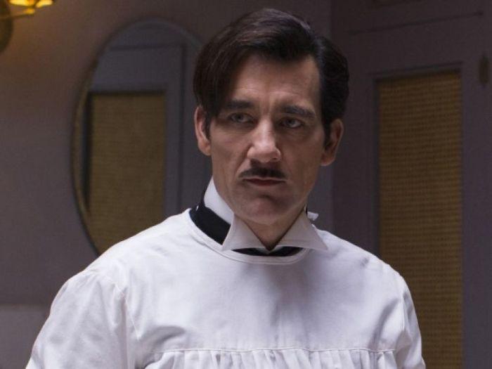"""Clive Owen indossa il camice del Dr. John Thackery che a seguito del suicidio del suo mentore assume la guida nel reparto di chirurgia del Knickerbocker Hospital, noto semplicemente come """"The Knick""""."""