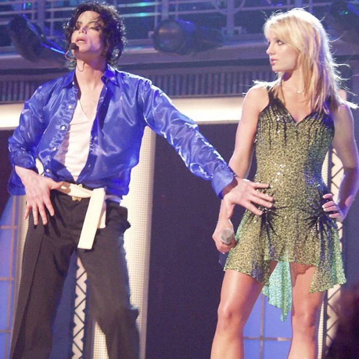 In occasione del 30º anniversario che ne celebra la carriera solista, duetta con una sensualissima Britney Spears in nabokoviano stato di grazia in The Way You Make Me Feel al Madison Square Garden di New York (2001)