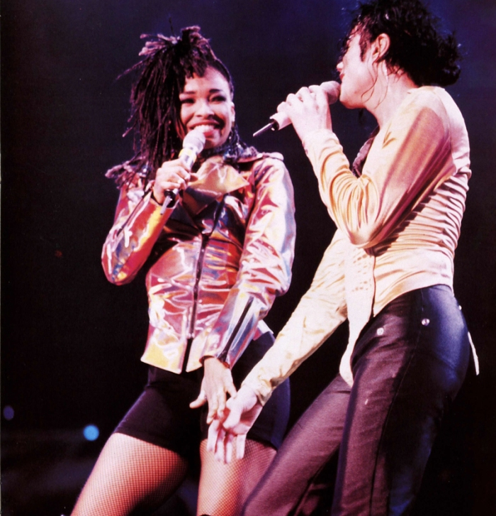 I Just Can't Stop Loving You in duetto con Siedah Garrett sul palco del Dangerous World Tour (1992)