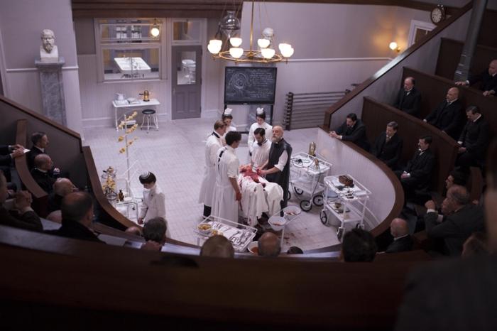 Fatevi in là, Ross e House e passate i ferri del mestiere al Dr.Thackery che, questa sera, spalancherà il separé lordo di sangue nella serie médique d'époque ideata da Steven Soderbergh (in onda alle ore 21.10 su Sky Atlantic). Il suo titolo è The Knick come il nome del teatro operatorio di un Clive Owen che armeggia coi bisturi sotto effetto di oppiacei che sperimenterà come anestetico sui pazienti, rivoluzionando la medicina nella New York agli albori del 900. Ecco, 10 cose da sapere sulla serie tv per stomaci forti…