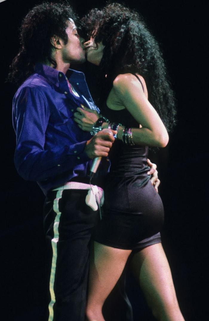 Il bacio rubato della modella Tatiana Thumbtzen in The Way You Make Me Feel (1987) durante il Bad World Tour.