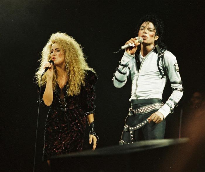 Con la corista Sheryl Crow (allora semisconosciuta) intona I Just Can't Stop Loving You durante il Bad Tour (1988)