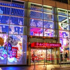 """Il negozio di giocattoli più famoso di New York ha ispirato il """"Duncan's Toy Chest"""" in Mamma, ho riperso l'aereo: mi sono smarrito a New York ed è lo stesso dove """"Big"""" Tom Hanks salta sulla pianola gigante. Si affaccia sull'elegante 5th Avenue di Manhattan."""