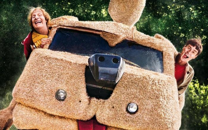 Tutti a bordo della scopation-wagon con Lloyd&Harry per un pieno di fun trivia sul film originale (1994) condite di ano-edditi sul sequel sbaca-botteghino (da mercoledì 3 in sala) che ritrova l'accoppiata Carrey+Daniels più rincoglionita di un ventennio.