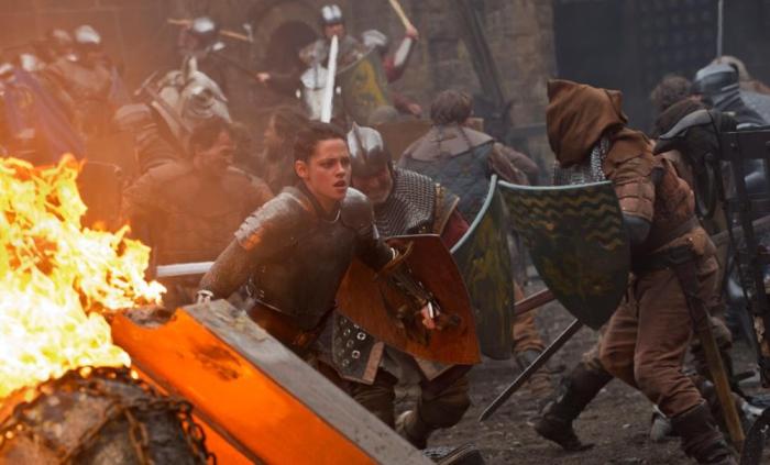 La battaglia di Biancaneve e il cacciatore (2012) contro la regina Ravenna