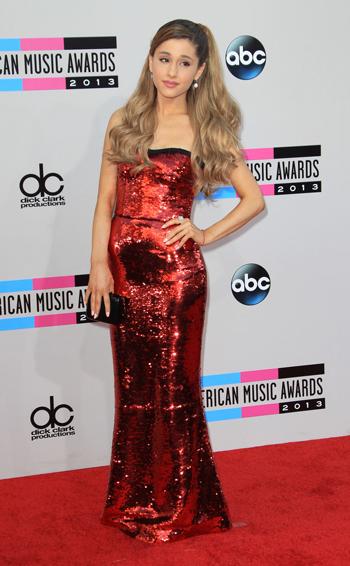 Ariana Grande versione mini-Jessica Rabbit in Dolce & Gabbana