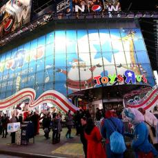 """Toys """"R"""" Us a Times Square di New Work è un luna park di balocchi con un T-Rex alto 6 metri scappato da Jurassic Park, la casa di Barbie a grandezza naturale e la fabbrica di cioccolato di Willy Wonka."""