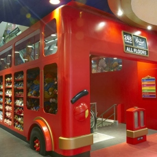 Con i suoi 5.000 m² e le sue 50.000 tipologie di balocchi, disposti nei sette piani, Hamleys è il più grande negozio di giocattoli al mondo. Si trova lungo Regent Street vicino allo storico Piccadilly Circus. Eccone un assaggio…