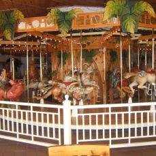 Lark Toys, Kellogg, nel Minnesota: potrai trasportarti indietro nel tempo al galoppo di un carosello nel caleidoscopico viaggio tra balocchi artigianali.