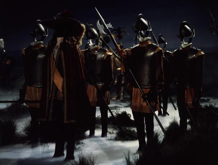 L'esercito di armature stregate contro i nazisti in Pomi d'ottone e manici di scopa (1971)