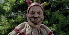 Twisty: il clown giocoliere dal sorriso di Gwynplaine in AHS4 (2014-15)