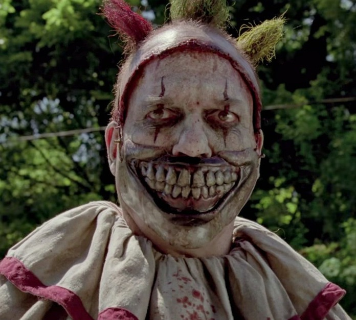 Twisty: il clown giocoliere dal sorriso di Gwynplaine in AHS4 (2014-15)