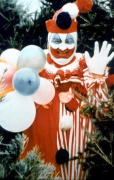 """John Wayne Gacy: fu il famigerato Killer Clown che torturò e uccise 33 vittime negli anni '70, per la maggior parte ragazzini. Il suo nomignolo si riferisce al suo lavoro di intrattenitore alle feste di compleanno dei bambini, travestito da Pogo il Clown. A Gacy si deve, purtroppo, la figura del """"pagliaccio malvagio"""" nell'immaginario popolare."""