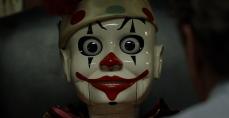 Il clown a orologeria che si fa scherno di Michael Douglas in The Game (1997)