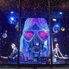 Harvey Nichols Londra, 300 mila paillettes e 600 mirror balls per ritornare allo Studio 54.