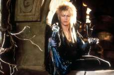 13- I giochi di magia con la sfera di cristallo non sono opera di Bowie, bensì del prestigiatore Michael Moschen, il quale accovacciato dietro a David (quindi senza vedere) era le vere braccia di Jareth.