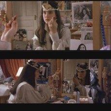 14- Ci sono ritagli di giornale con foto di David Bowie attaccate allo specchio di Sarah: la star posa accanto alla madre della ragazza che, nella finzione, era stata un'attrice famosa prima di morire prematuramente. Accanto alla specchiera, notiamo anche l'action figure di Jareth.