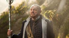5- Non è un caso, infatti, che l'autore abbia voluto il nano Gimli della saga dell'Anello, l'attore John Rhys-Davies, per il ruolo di Eventine Elessedil: il saggio che ha regnato per decenni il Regno Elfico di Arborlon.
