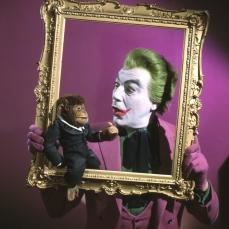 """Frank Sinatra fece il diavolo a quattro per interpretare il Joker ma il suo cachet era talmente alto che la produzione preferì l'italo-cubano, Cesar Romero, il quale rifiutò di tagliarsi i baffetti costringendo i make-up artists a nasconderli sotto il cerone bianco. Considerato un scapolo d'oro per tutta la sua carriera, Romero fece outing confermando le voci sulla sua omosessualità. L'attore creò la malefica sghignazzata del supercriminale clownesco, quasi, per caso quando scoppiò in una risata giocosa (direi maniacale) dopo che gli furono mostrati, per la prima volta, gli schizzi del suo assurdo costume di scena. """"Ecco, questa sarà la tua risata da Joker!"""" gli disse il produttore."""