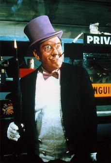 Ex tabagista, Burgess Meredith non toccava una cicca da, ben, 20 anni quando fu reclutato nel ruolo di Pinguino. Costretto a fumare sigarette con il bocchino e a starnazzare con voce roca, l'attore riprese il vizio del tabacco procurandosi pure una brutta raucedine. Fu lo stesso Meredith a improvvisare la camminata ondeggiante da pinguino, ingoffato, da una tuta imbottita di gommapiuma per farlo sembrare con la pancetta.