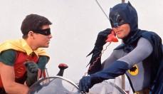 """Il primo a sollevare dubbi sulla presunta relazione gay tra Batman e Robin fu lo psichiatra Fredric Wertham che, nel 1954, pubblicò il saggio """"Seduction Of The Innocent"""" affermando che il fumetto nato nel 1939 insegnava l'immoralità ai bambini e che Batman e Robin fossero simboli dell'omosessualità. A scanso di equivoci, fu introdotto nella serie tv il personaggio della zia Hariett che vive in casa Wayne."""