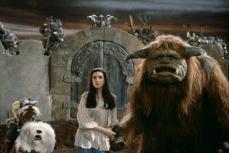 8- Il pupazzone animatronico di Bubo (in originale Ludo) pesava 100 chili, così, Jim Henson incaricò il creature shop di costruirne uno più leggero. Bubo fu ridotto a 75 kg, pertanto, la performance fu divisa tra due burattinai.