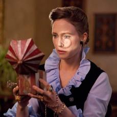 Il riflesso di Vera Farmiga nello specchio del carillon maledetto in The Conjuring (2013)