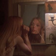 Lo specchio incrinato di Sissy Spacek in Carrie (1976)
