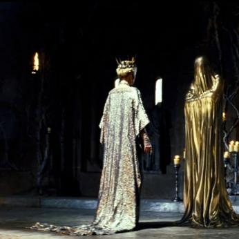 Lo Specchio Magico interpellato dalla crudele regina Ravenna (Charlize Theron) in Biancaneve e il cacciatore (2012) e nel prequel.