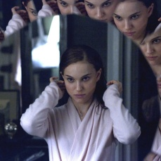 Lo specchio nel camerino di Natalie Portman ne Il cigno nero (2010)