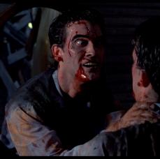 Ash esce dallo specchio demoniaco ne La Casa 2 (1987)