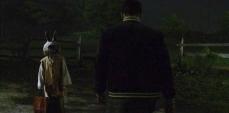 4- Nel secondo episodio, Jake Epping (James Franco) s'imbatte in un bambino che indossa un'inquietante maschera da coniglio: si tratta di un chiaro riferimento a Donnie Darko.