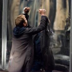 Gli specchi maligni dell'edificio custodito da Kiefer Sutherland in Riflessi di paura (2008)