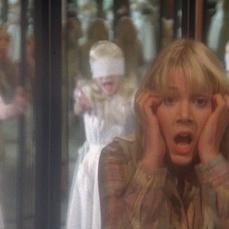 L'inquietante mocciosa riflessa negli specchi della scricchiolante casetta di Lynn-Holly Johnson ne Gli occhi del parco (1980)