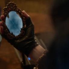 Lo specchio magico da borsetta della perfida Evie in Descendants (2015)