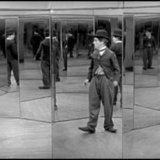 Charlie Chaplin nella sala degli specchi ne Il Circo (1928)