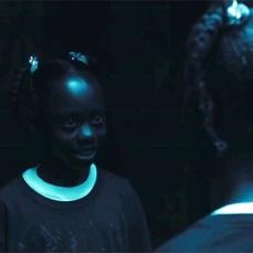La bambina che si perde in un labirinto degli specchi e lì si imbatte nel proprio doppio in Us - Noi (2019)
