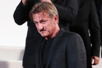 6- Sean Penn, 55 anni il prossimo 17 agosto: sul red carpet di The Last Face in veste di regista.