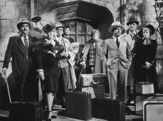 1- I cinque detective del film parodiano i celebri investigatori letterari e cinematografici, con gli stessi nomi storpiati ma facilmente riconoscibili: Sidney Wang (Peter Sellers) è un petulante e sentenzioso replicante di Charlie Chan, parodia dei classici stereotipi sugli orientali, che parla con un forte accento sgrammaticato. Dick e Dora Charleston (David Niven e Maggie Smith) fanno il verso a Nick e Nora Charles, la coppia di protagonisti del romanzo L'uomo ombra di Dashiell Hammett. Il baffuto Milo Perrier (James Coco), di nazionalità belga, con i suoi tic gastronomici e i suoi atteggiamenti raffinati cita Hercule Poirot. Sam Diamante (Peter Falk) ricorda lo sboccato detective Sam Spade, oltre a ricalcare il tenente Colombo. Jessica Marbles (Elsa Lanchester) è una versione più dinamica e spigliata di Miss Marple.