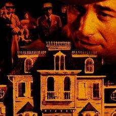 3- Il castello che ospita la cena con cadavere si trova nella campagna inglese di Windsor. L'anno prima, fu teatro di travestimenti per Frank N Furter in The Rocky Horror Picture Show. Oggi, è un hotel di lusso noto come Oakley Court.