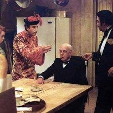 5- Sul set, Peter Sellers si divertiva a fare scherzi a cast e troupe; una volta, chiamò Neil Simon spacciandosi per Alec Guinness e chiedendo la revisione di una scena chiave, nel bel mezzo della notte. Né Guinness né Simon trovarono la cosa spiritosa.
