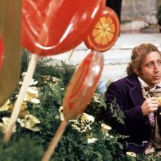 La tazza a forma di fiore mangiata da Wonka era fatta di cera; Gene Wilder ha dovuto masticare i pezzi di cera fino alla fine della ripresa.
