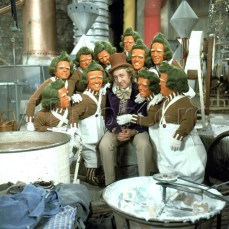 Nel film, gli Oompa Loompa (in italiano Umpa Lumpa) sono interpretati da 10 differenti persone, di cui una femmina; nel remake di Tim Burton, invece, l'attore Deep Roy è stato clonato più e più volte con gli effetti speciali.